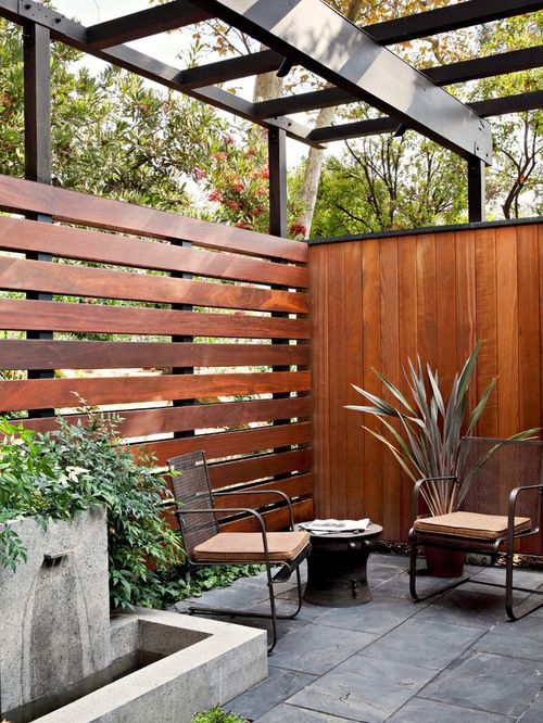 mid-century modenr patio  with wooden horizontal and vertical fence
