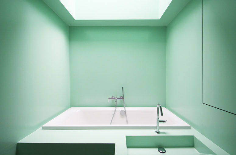 the skylight above the bathtub allows enjoying the sky while having a bath