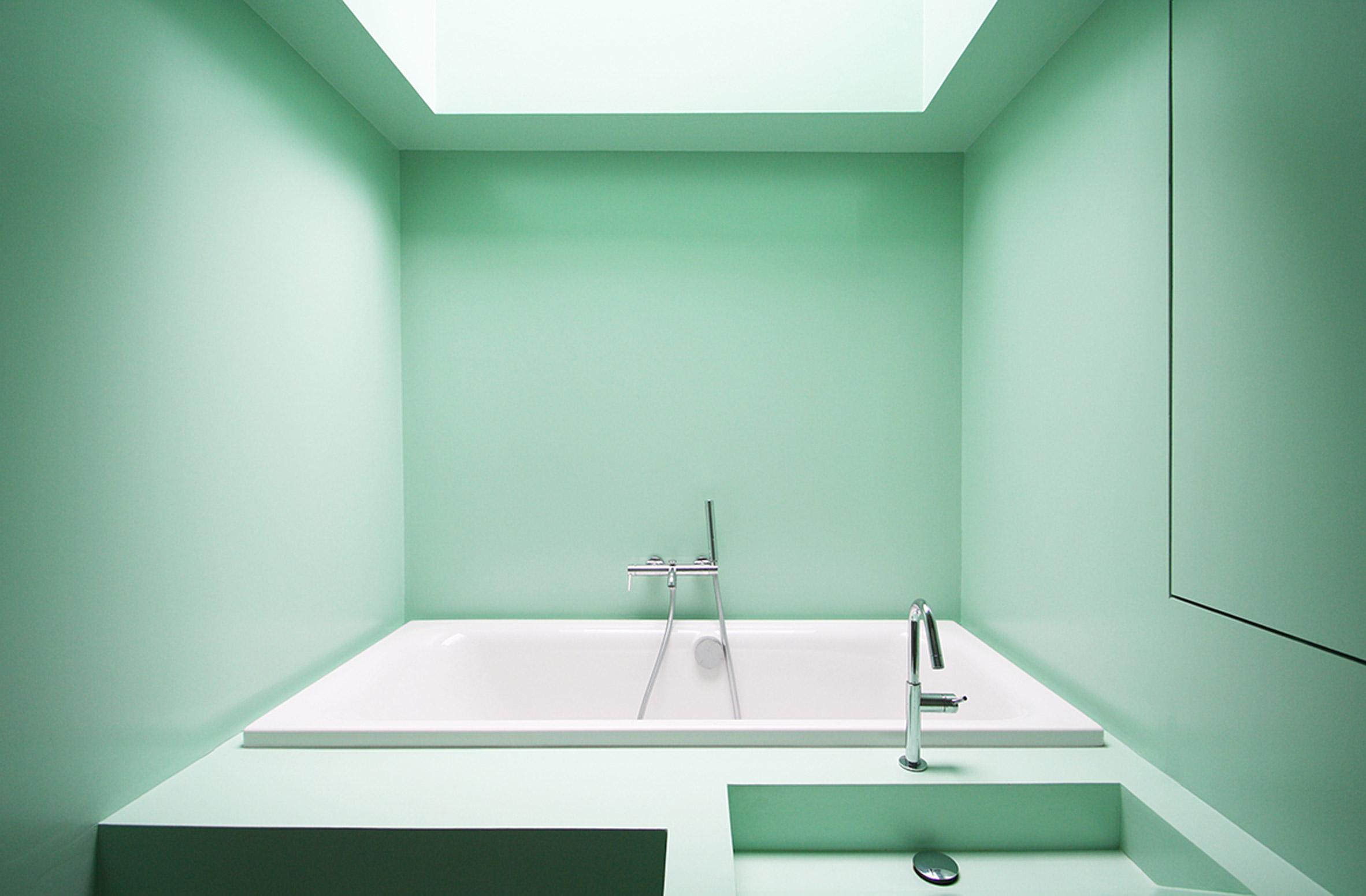 the skylight above the bathtub allows enjoying the sky while having a bath