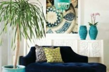 12 a navy sofa and turquoise accessories create an ambience in a neutral room