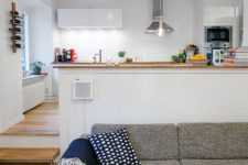 30 modern white kitchen with lots of light and a living room with cozy textiles and upholstery