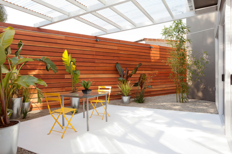 Wood fence could looks rustic but it also can looks modern. (Baran Studio Architecture)