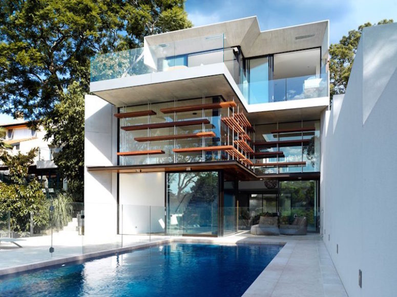 This house boasts of a sculptural facade, a stron connection between outdoors and indoors and an infinity edge pool