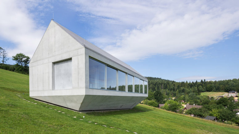 Single-Storey Ark-Like House On A Hillside