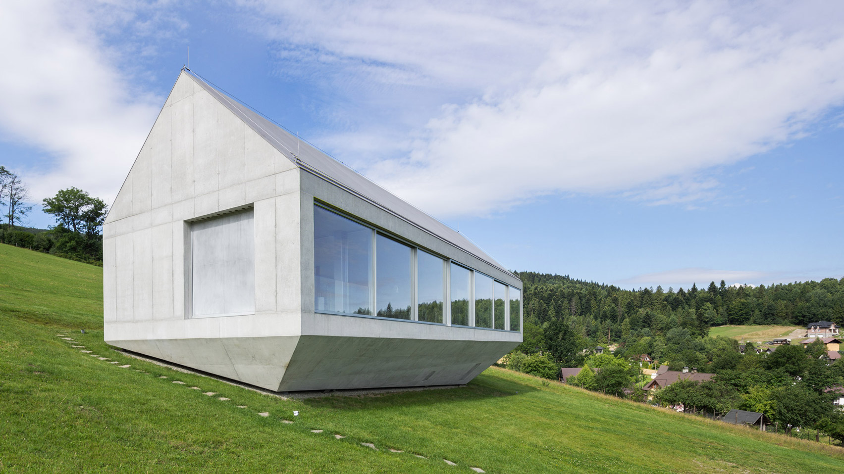 This single storey house was built on a slope to maximize the views