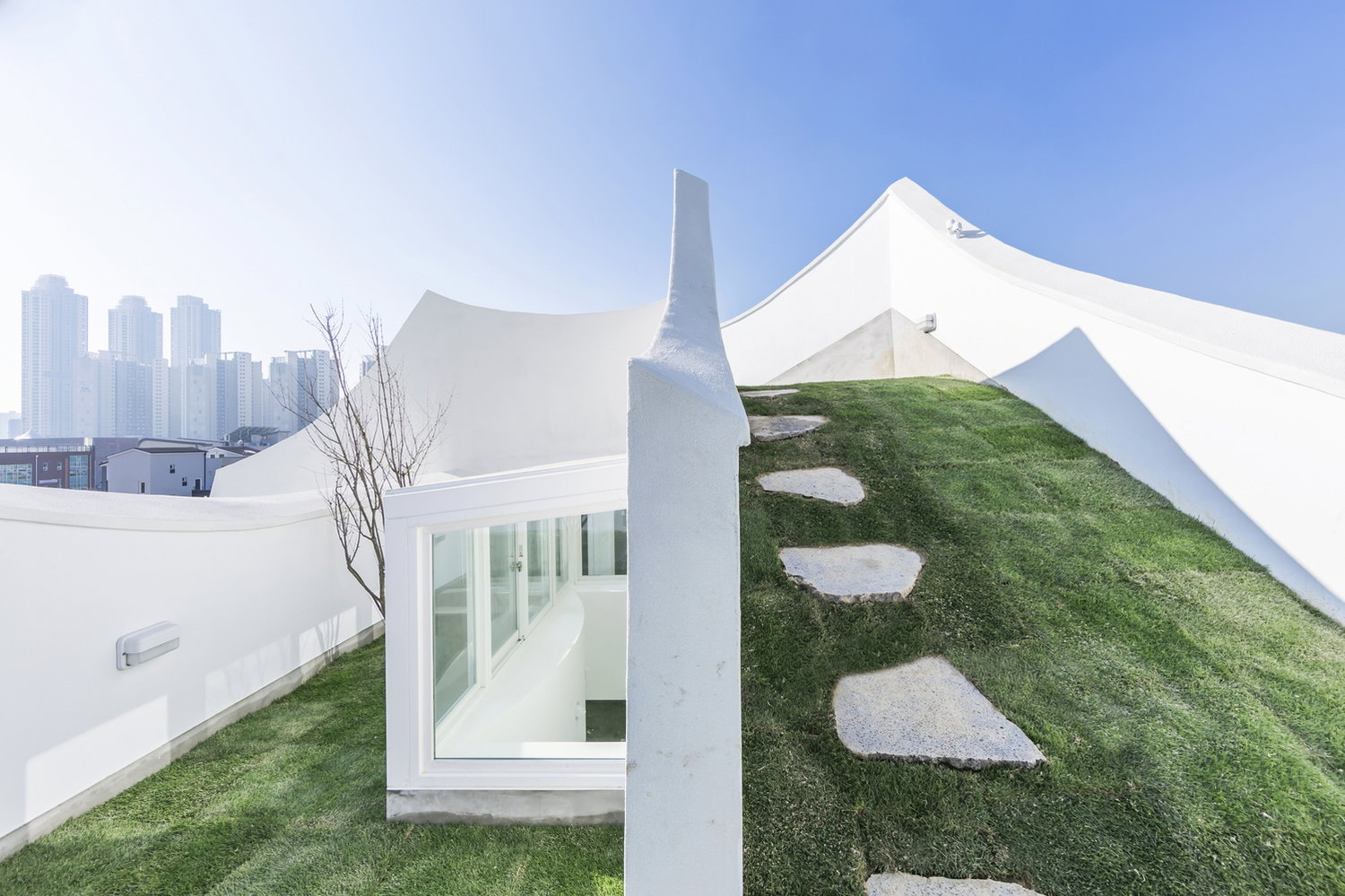 The architecture of the house reminds of flying and instability during the flight