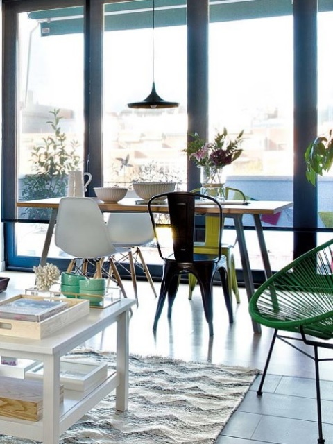 Modern lively spanish apartment with a smart layout digsdigs for Chair next to window