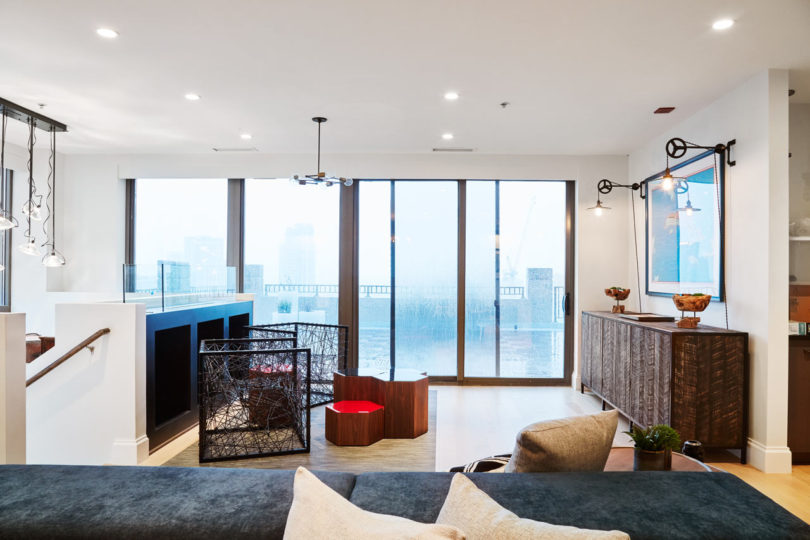 The room is filled with light through the glass doors to the terrace, and eye catchy furniture seems to invite to have a seat