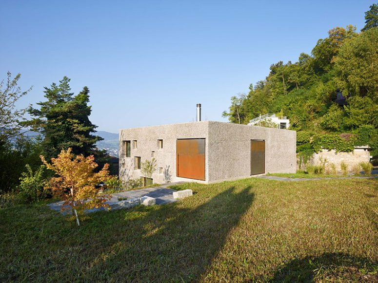Located on a sloping site, the house can be accessed via a second entrance at the rear of the property