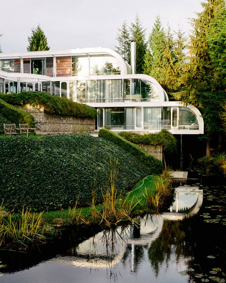 Curved eppich house with modernist classic design digsdigs for Right house