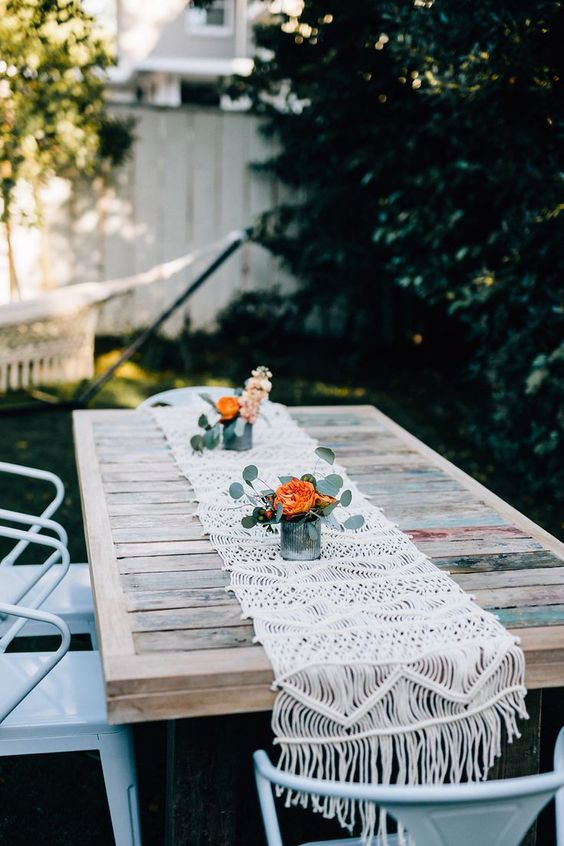 such a cool pallet table can be DIYed, add a crochet table runner for a rustic look