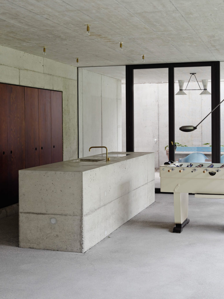 Modern Concrete House With Glass Walls Digsdigs