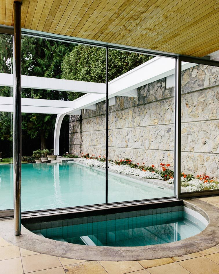 Curved eppich house with modernist classic design digsdigs - Small infinity pool ...