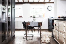 05 The hearth is an old-fashioned one, and the dining table is a wooden one with carved legs