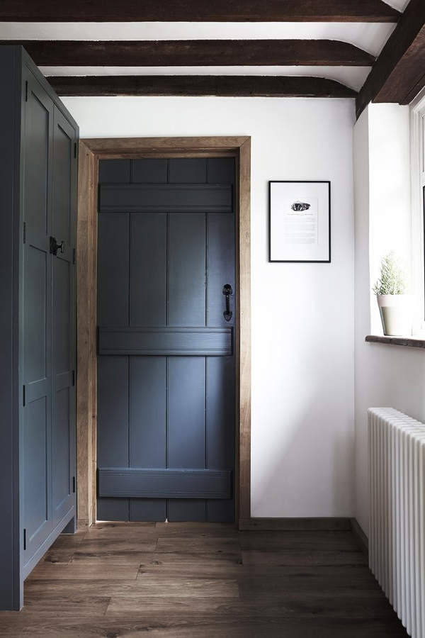The graphite grey door echoes with the cabinets