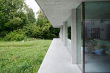 09 Glass walls throughout the house create a strong connection with outdoors and let enjoy the views