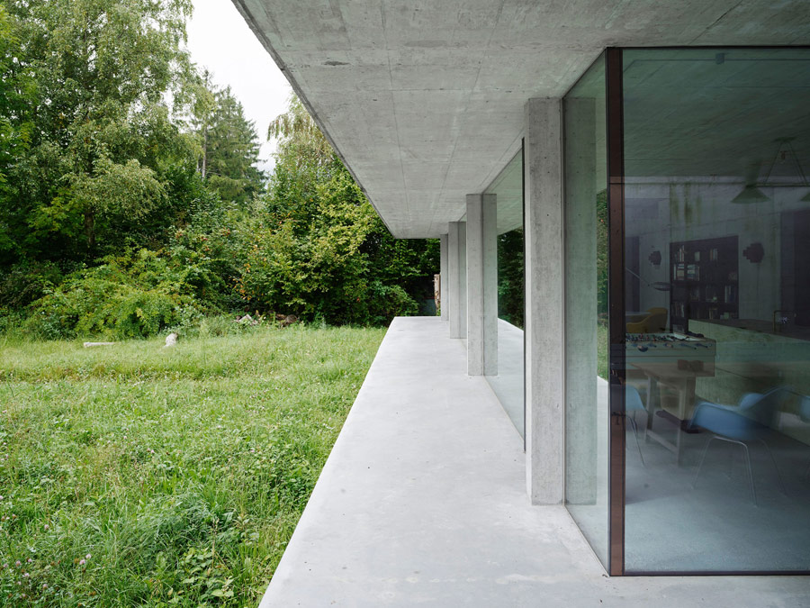 Glass walls throughout the house create a strong connection with outdoors and let enjoy the views