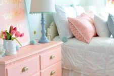 11 a salmon pink dress, pillows and an artwork are ideal for this cozy bedroom