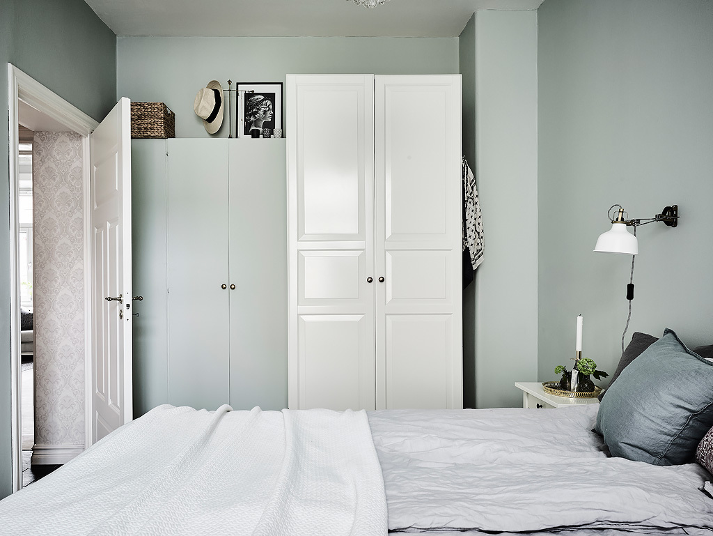 The storage is closed to make the bedroom uncluttered