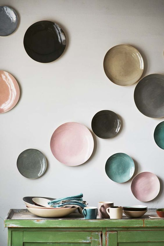 same plates in different colors and shades look stylish