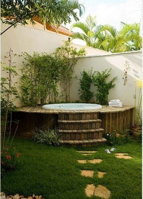 23 a jacuzzi clad with rustic wood and with stairs