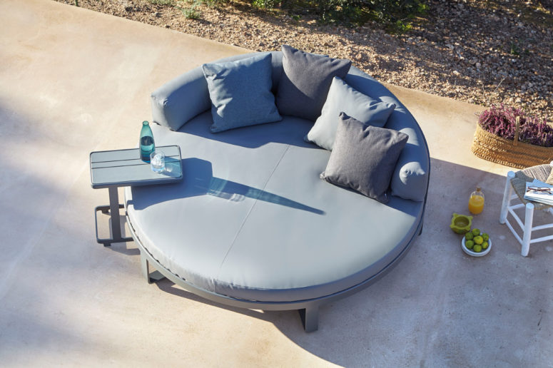 Flat daybed by Gandiablasco (via design-milk.com)