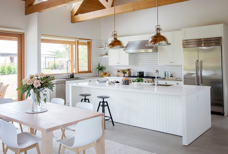 This cute farmhouse has a strong scandinavian flavor, lots of white in decor and some pastel touches