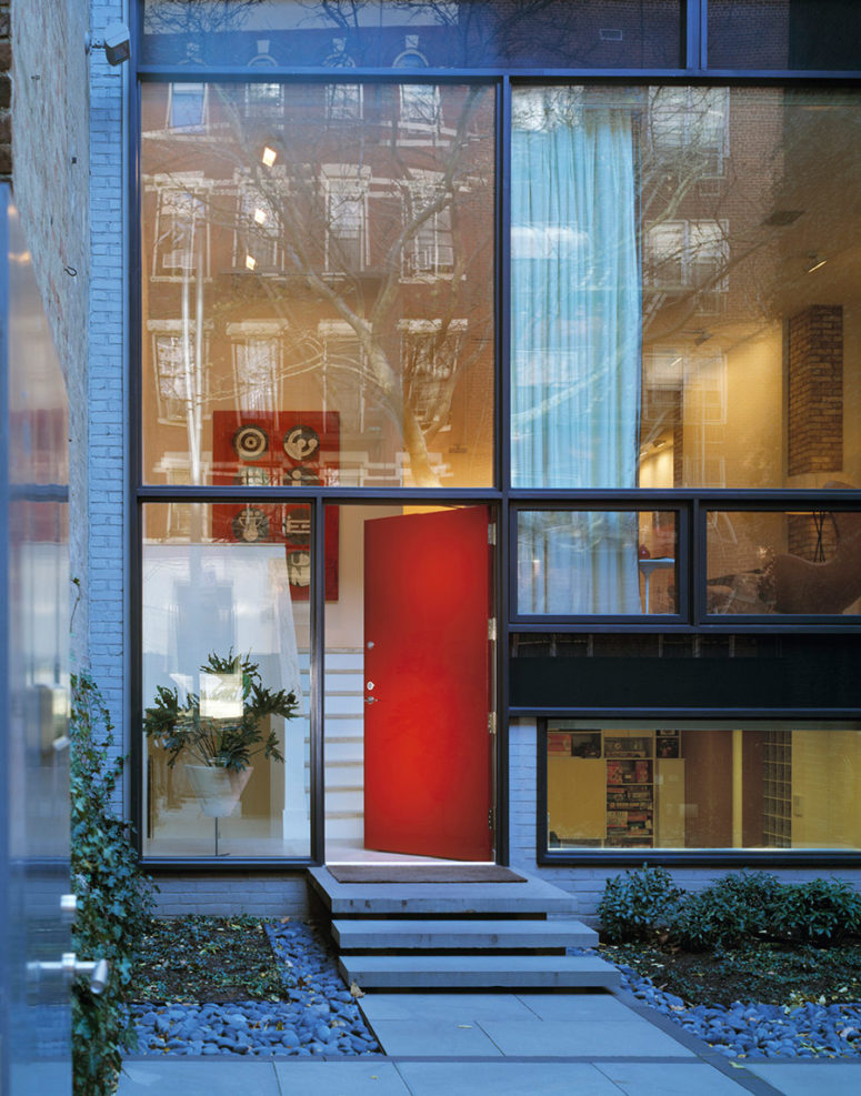 This townhouse in New York is a gorgeous one built in the 50s and renovated, the views are stunning