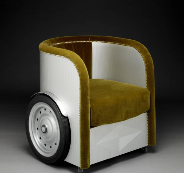 The piece has wheels for mobility and it's upholstered with velvet available in different shades like ocher or red