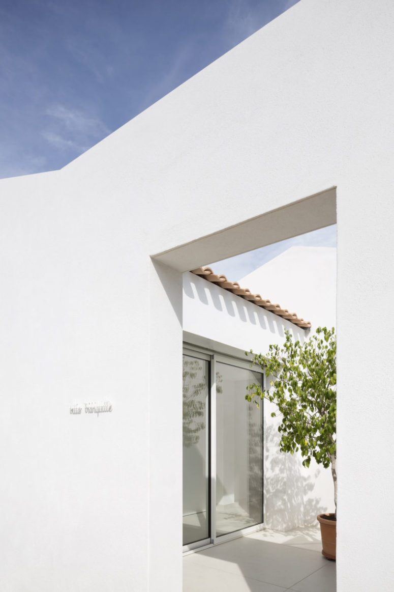 The whole house is covered white both inside and outside to fill it with light and igve it a minimalist look