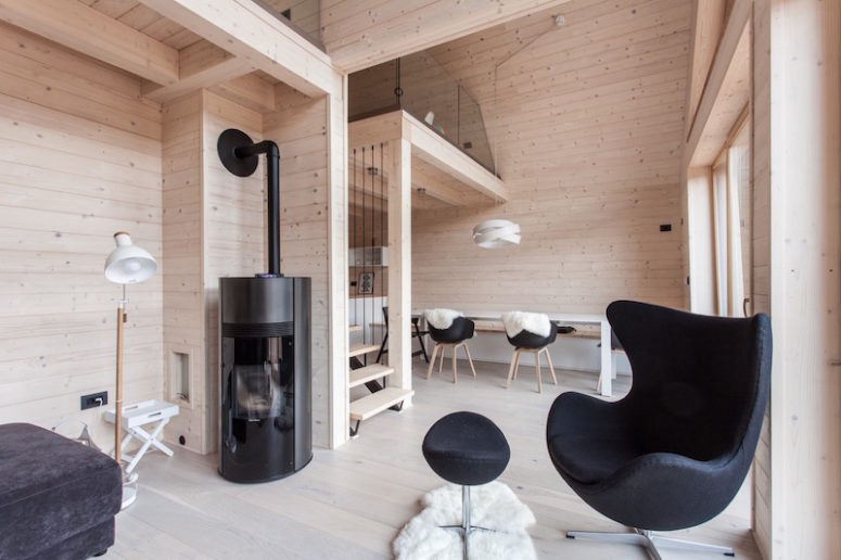 The interior of the house is warm and welcoming thanks to the extensive use of light-colored natural wood in decor
