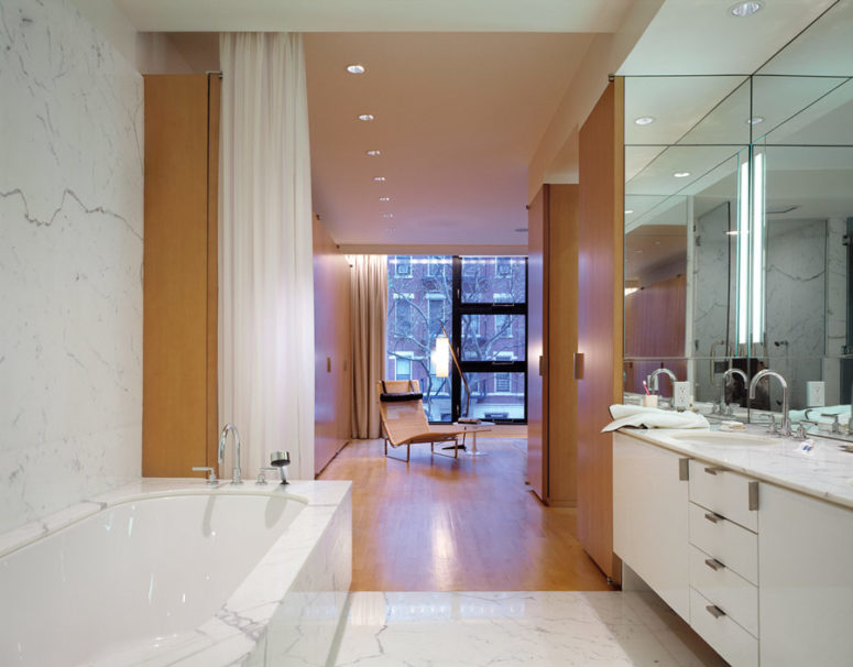The master bathroom is very elegant and exquisite, in white marble and with a large mirror that expands the small space