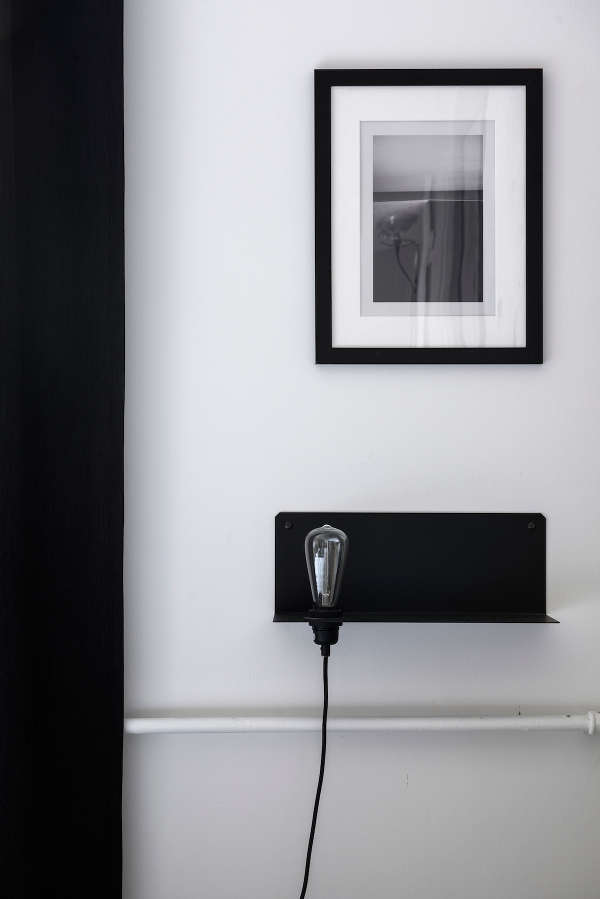 The artworks and lamps are minimalist to fit the desing