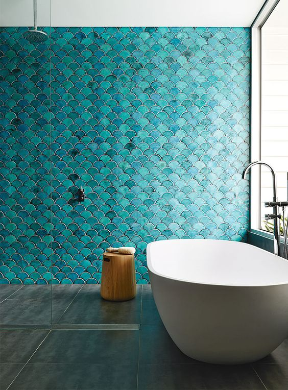 turquoise fish scales make a bathroom super eye-catchy, and a white bathtub is very contrating
