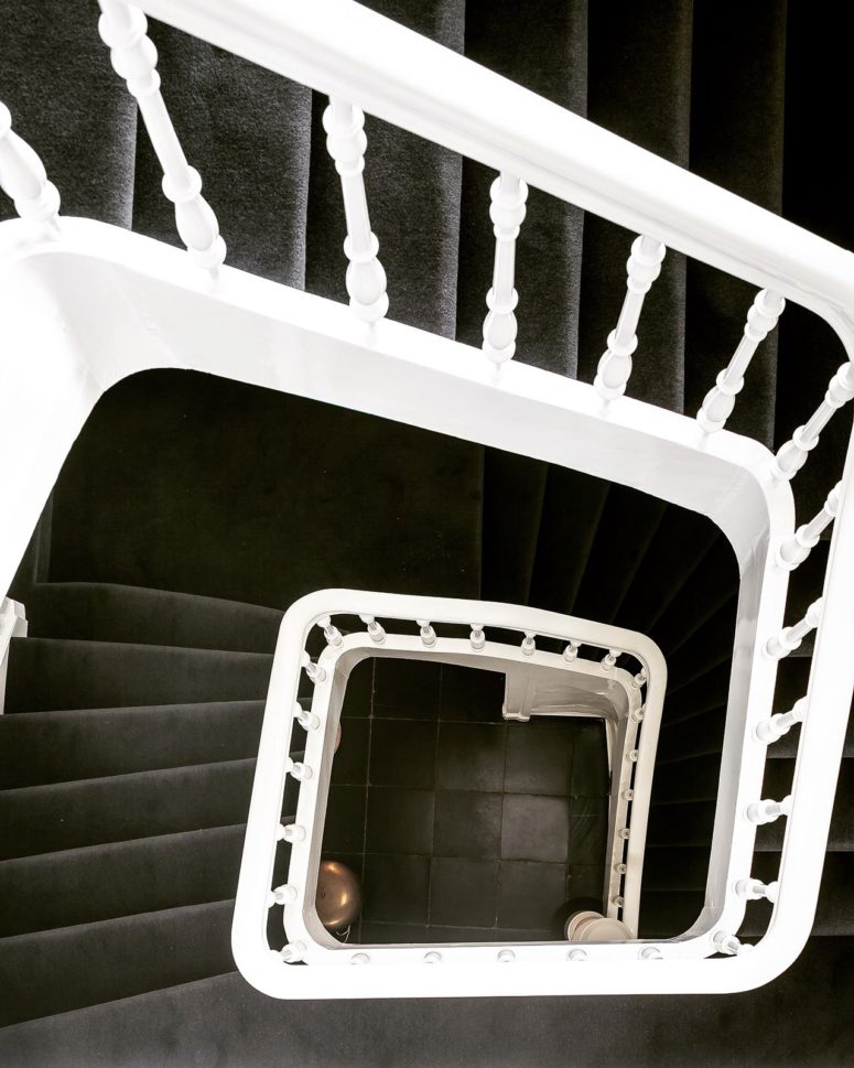 The staircase is black and white, truly minimalist, a restored piece of the 19th century