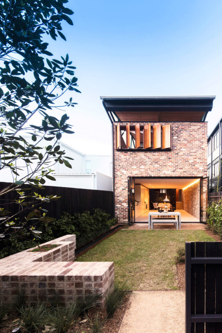 There are also front and back outdoor spaces with a lawn, greenery, which is ideal to have outdoor meals and spend time with family
