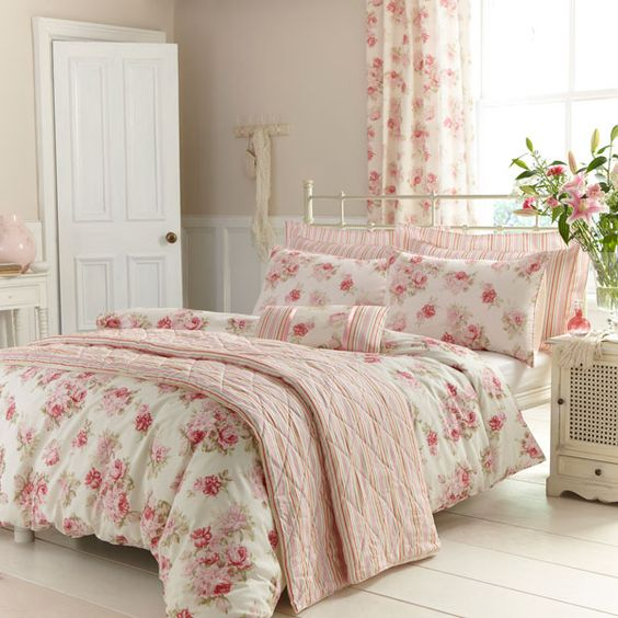 31 beautiful and romantic floral bedding sets digsdigs for Floral bedroom decor