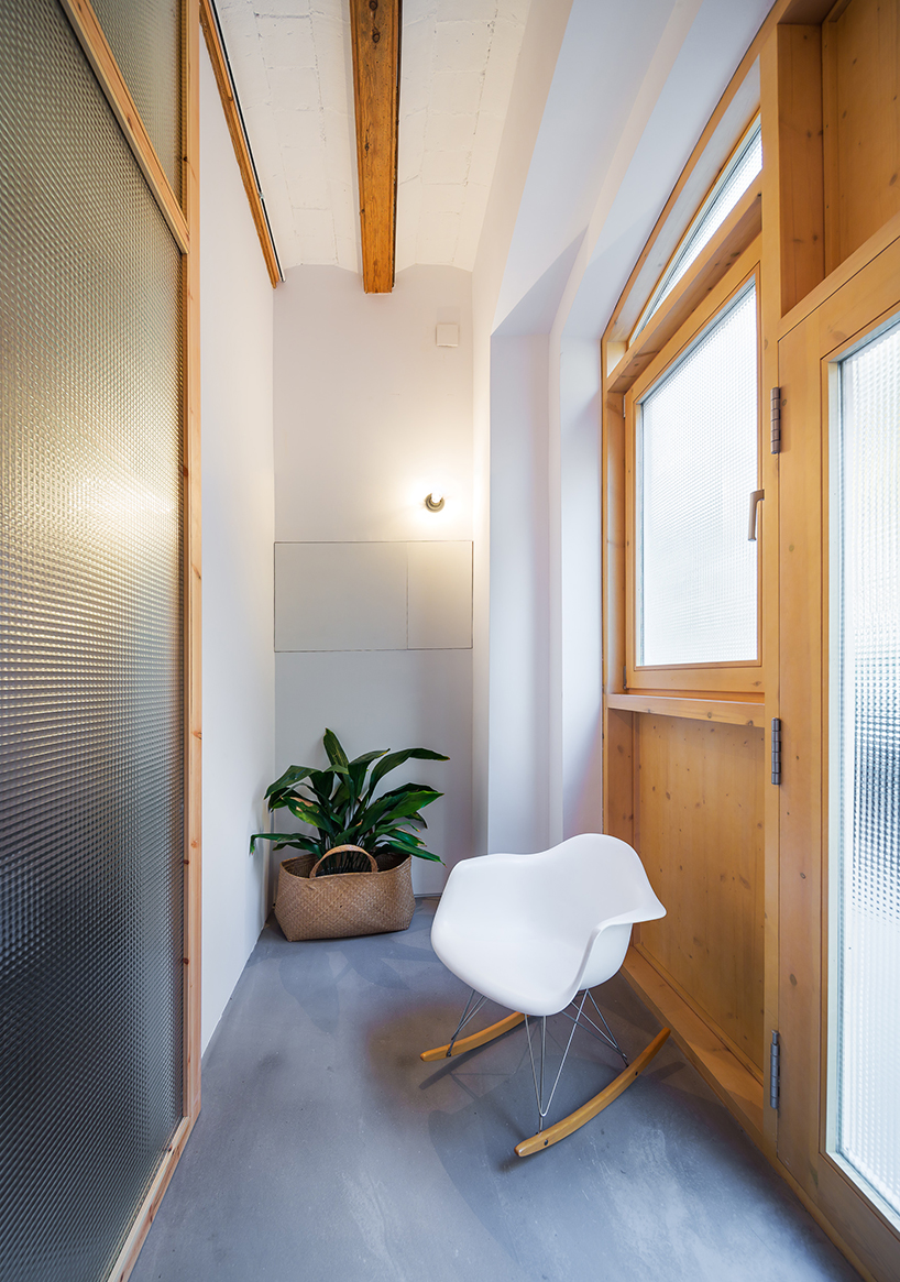 Translucent glass was used throughout the house to create a soft and pleasant ambience and to make natural light softer