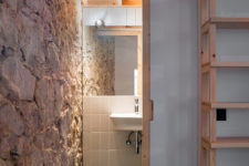 04 A sliding door leads to the bathroom – such doors help save space and look very modern
