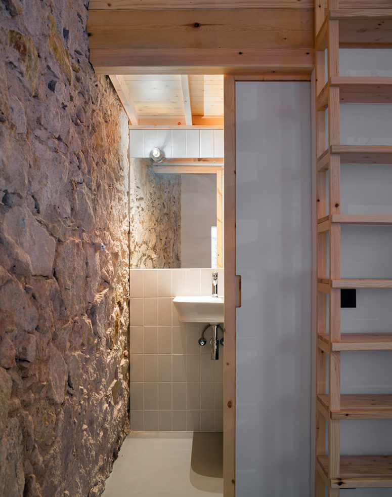A sliding door leads to the bathroom - such doors help save space and look very modern
