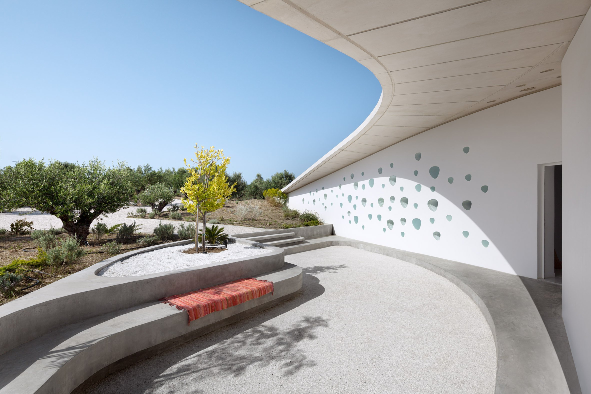 There are three different courtyards that allow enjoying the views and sunlight at different times of the day, all of them are decorated in minimalist style