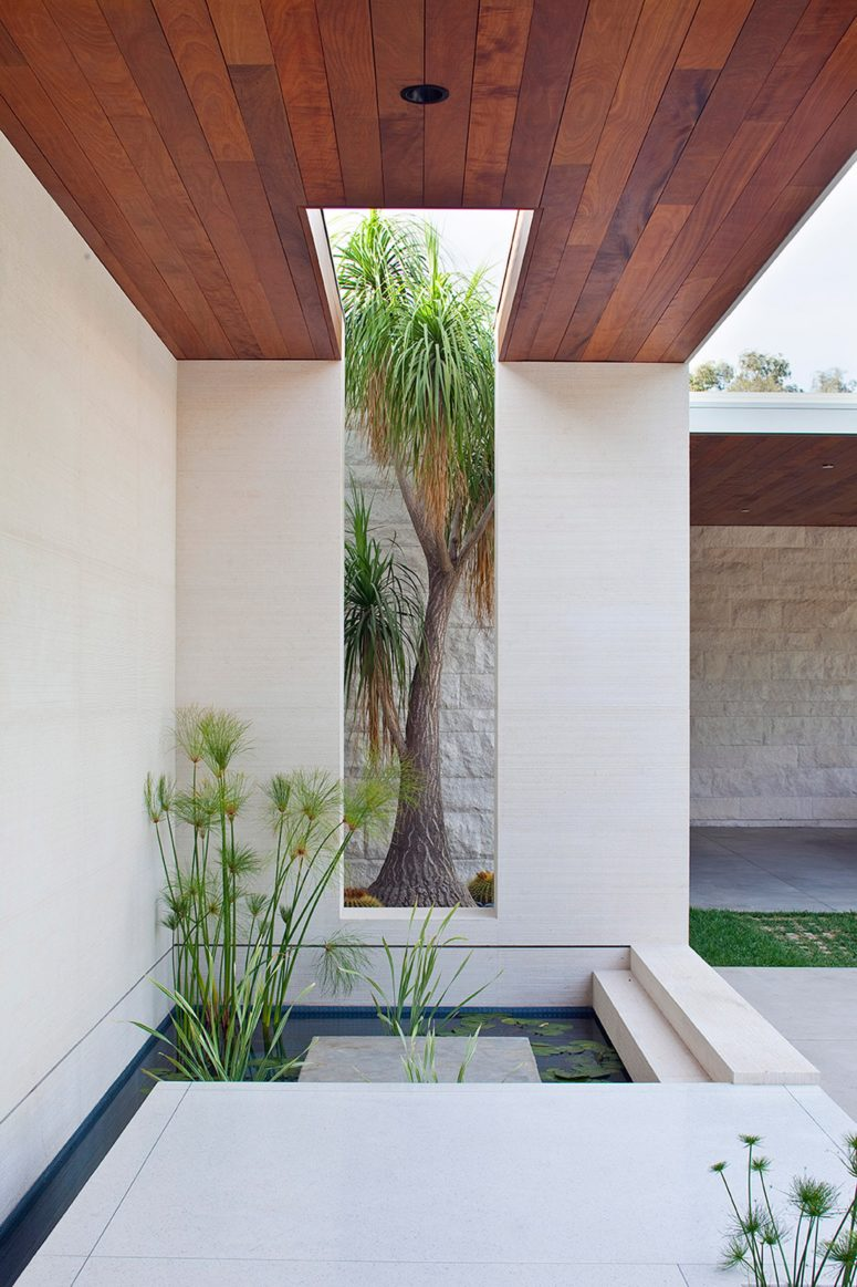 There are ponds to make the spaces cooler and enliven the outdoor decor
