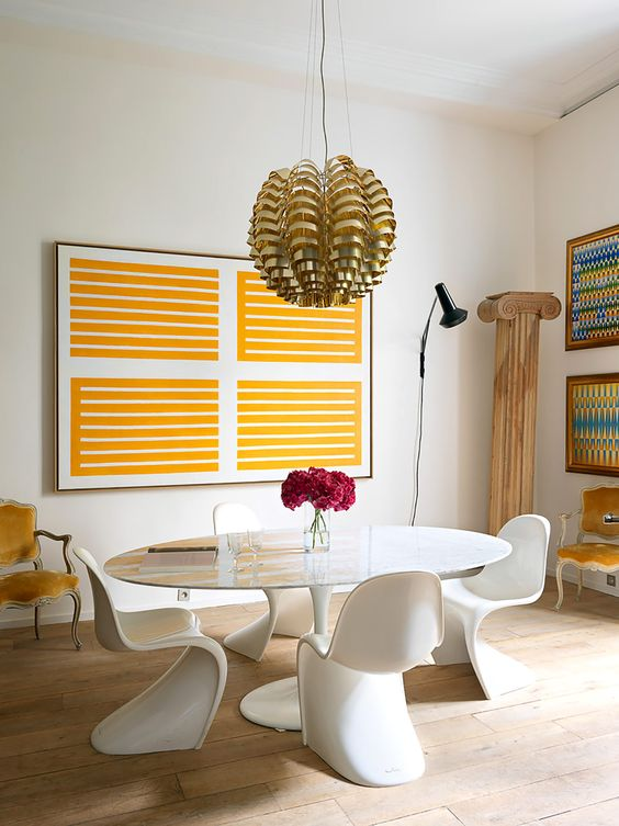 A decorative Greek-style pillar and refined yellow velvet chairs added an exquisite touch to the space