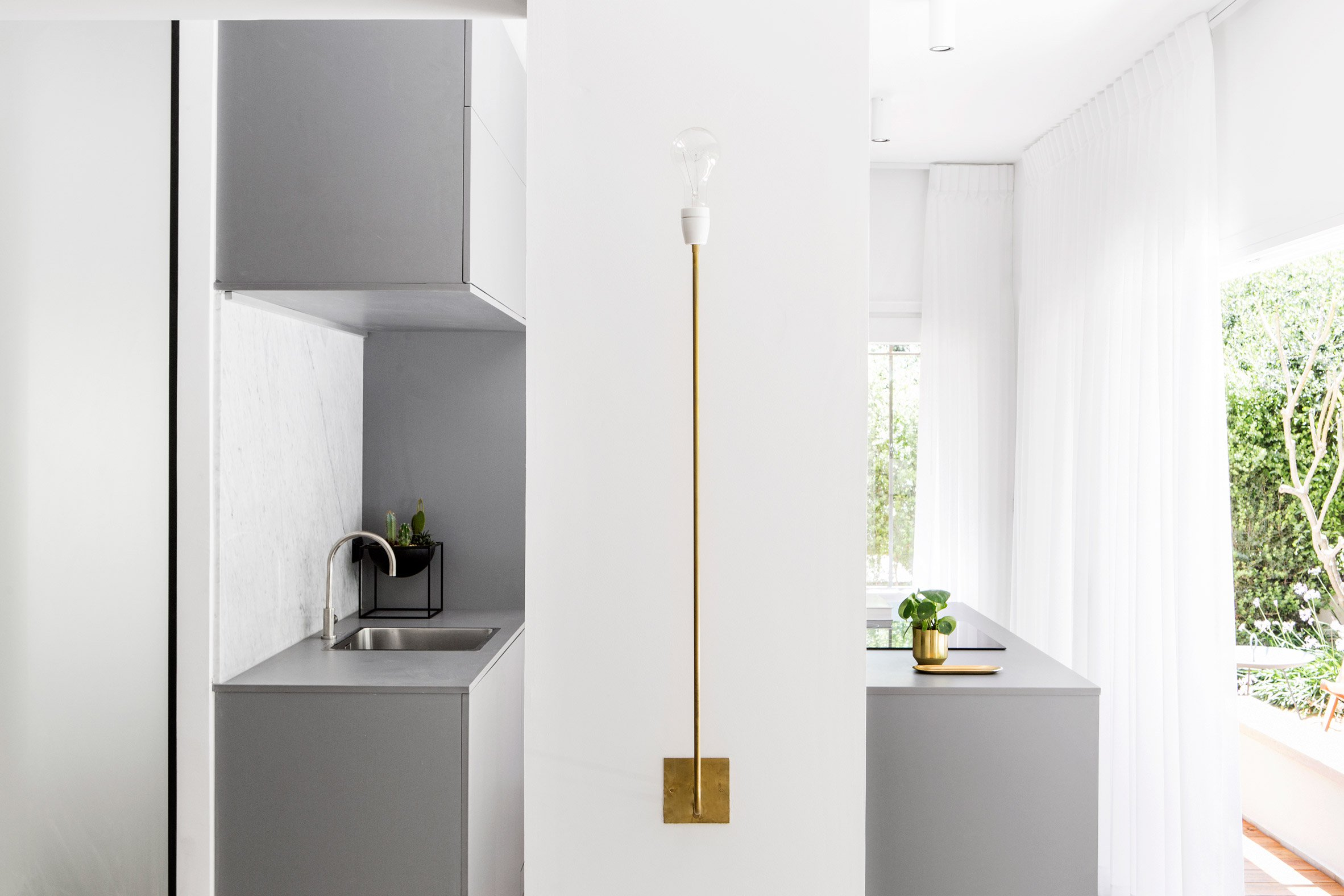 The views are provided in every spot of this apartment, and this helps to fill it with light and air