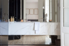 08 The bathroom is clad with white marble, which makes it super luxurious