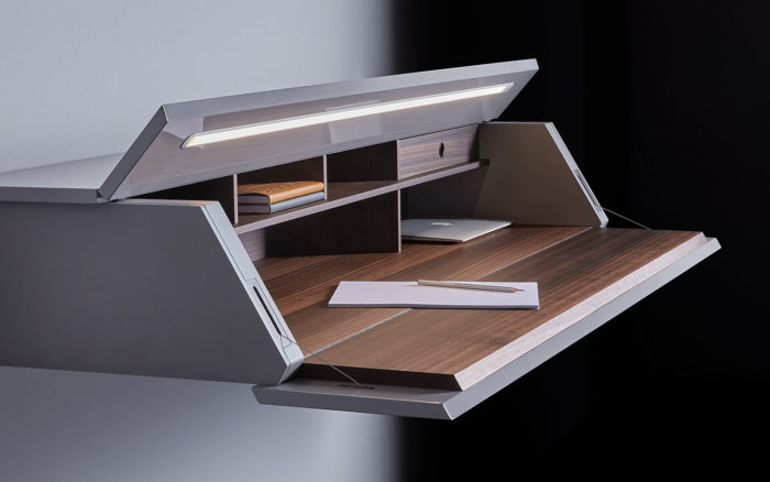 With a single gesture, the Dual-Flap opening system opens the large front door, transforming it into a practical desk top