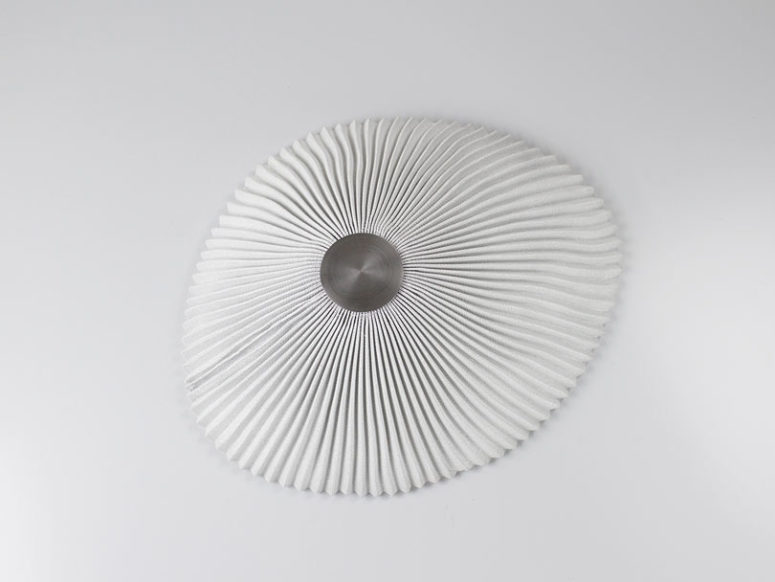 This lamp imitates a shell, it's a wall version that looks neutral and simple, ideal for a coastal house