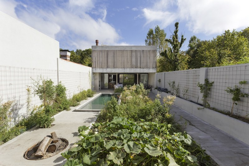 The house sits on a narrow and long plot, and the architects had to handle it, so there's a long courtyard at the back