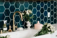 06 glossy emerald hexagon tiles, brass touches and wood make the kithen super chic