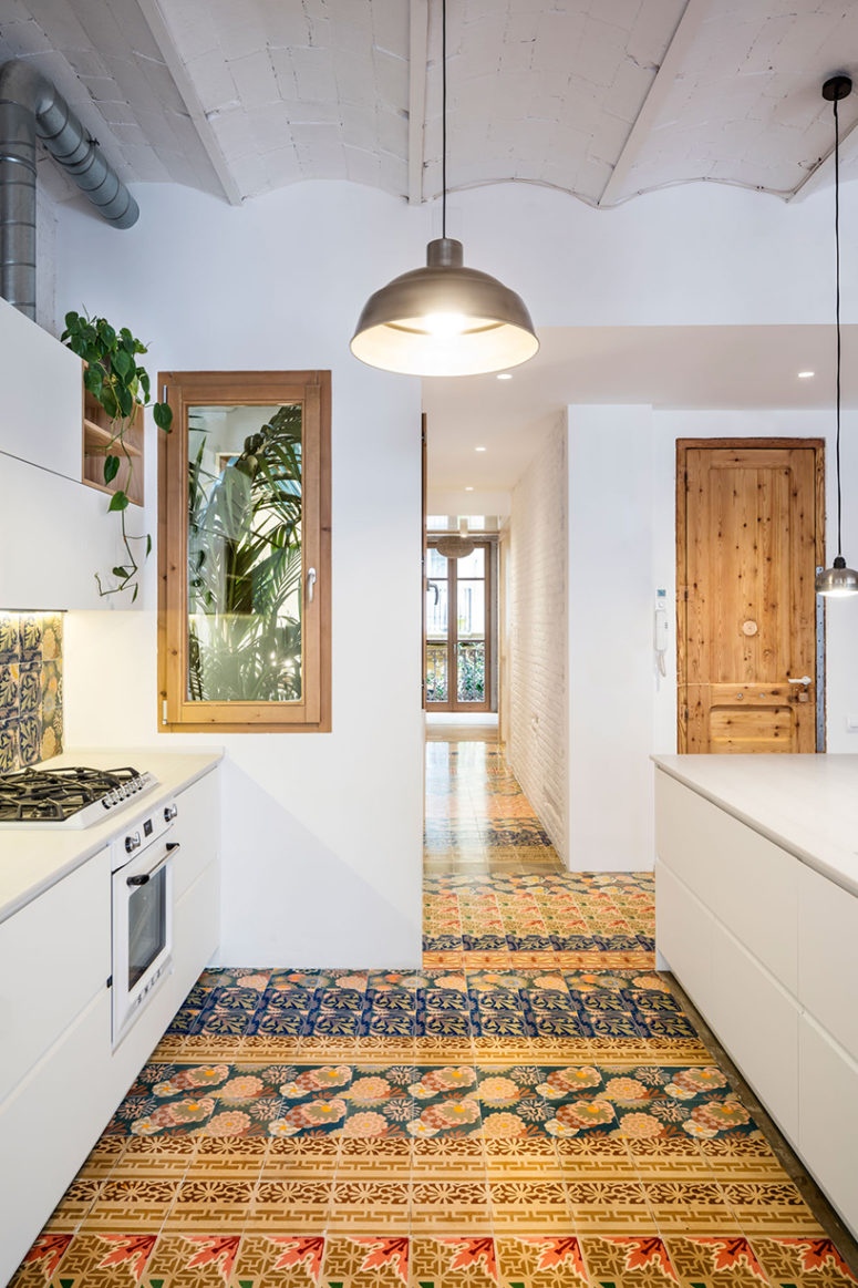 The satin finish of the mosaic offers a bright spot in the most interior areas of the house